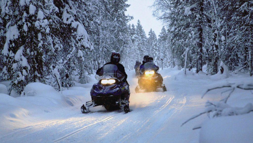 sniego-motociklai-elektrenuose